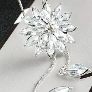 BRAND NEW CRYSTAL FLOWER SWEATER NECKLACE